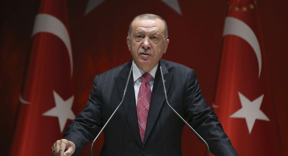 O presidente da Turquia, Recep Tayyip Erdogan, fala aos membros de seu partido, em Ancara, Turquia, em 13 de agosto de 2020