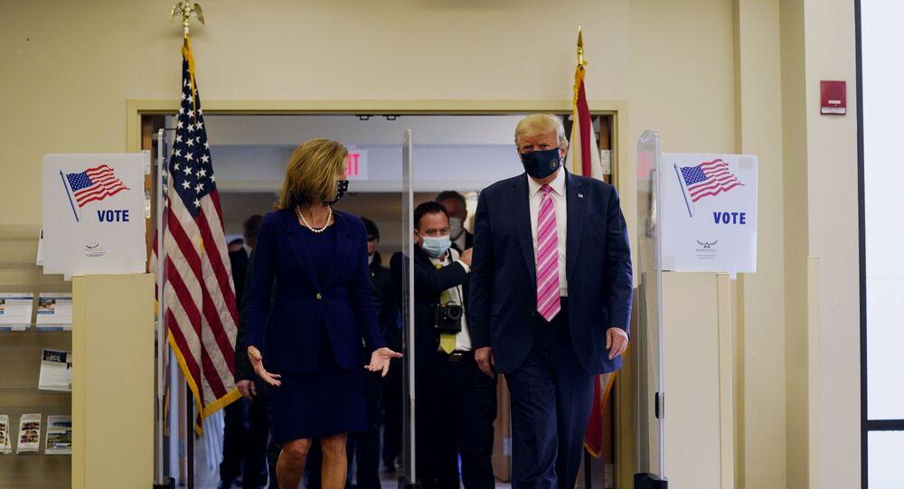 Em West Palm Beach, no estado norte-americano da Flórida, o presidente dos Estados Unidos, Donald Trump, deposita seu voto antecipado, em 24 de outubro de 2020