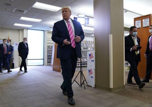 Em West Palm Beach, no estado norte-americano da Flórida, o presidente dos Estados Unidos, Donald Trump, fala com a imprensa após depositar seu voto para as eleições presidenciais, em 24 de outubro de 2020
