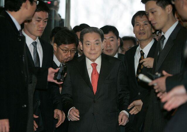 O presidente do Grupo Samsung, Lee Kun-hee, chega para se encontrar com o presidente eleito Lee Myung-bak com outros empresários em Seul. // REUTERS/Han Jae-Ho