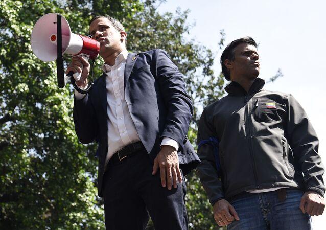 Os líderes da oposição venezuelana Juan Guaidó (com o alto-falante) e Leopoldo López