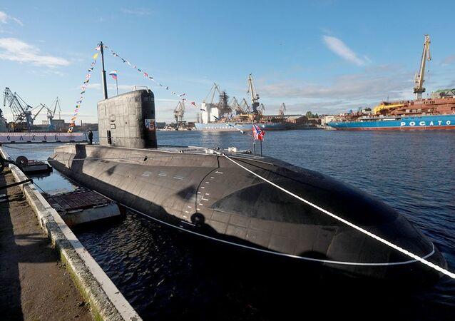 Içamento da bandeira da Marinha russa durante cerimônia de entrega do submarino Volkhov, ou B-603, à Frota do Pacífico