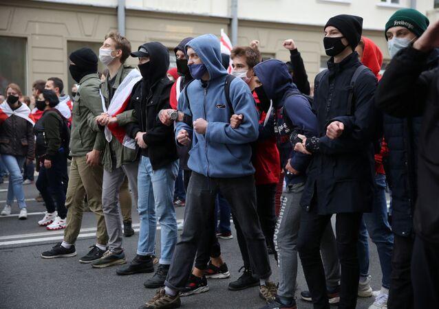 Pessoas participando de protesto da oposição contra os resultados das eleições presidenciais bielorrussas em Minsk, Bielorrússia, 25 de outubro de 2020