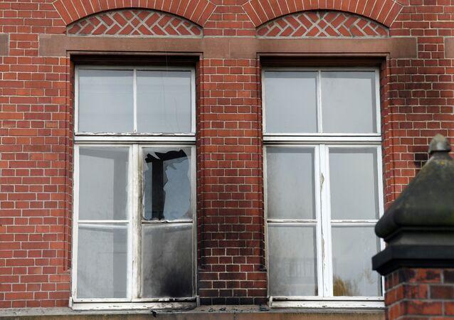 Em Berlim, uma janela aparece quebrada com fuligem em volta na fachada do Instituto Robert Koch - responsável por compilar os dados da pandemia da COVID-19 na Alemanha - que sofreu uma tentativa de incêndio, em 25 de outubro de 2020