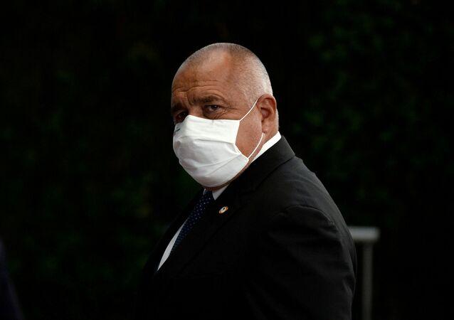 Em Bruxelas, o primeiro-ministro da Bulgária, Boyko Borissov, deixa uma reunião da União Europeia de máscara, em meio à pandemia da COVID-19, em 21 de julho de 2020