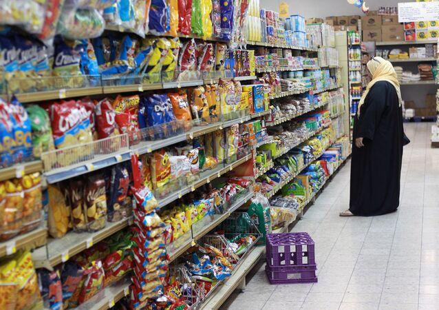 Em Doha, no Qatar, uma mulher faz compras em um supermercado, em 7 de junho de 2017