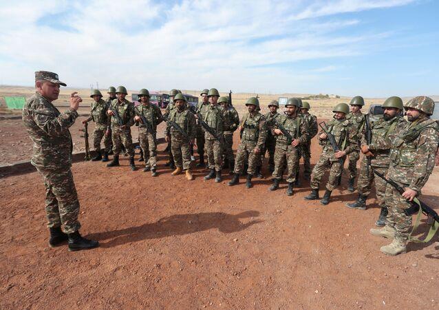 Reservistas armênios escutam instruções durante treinamento para combates pela região de Nagorno-Karabakh
