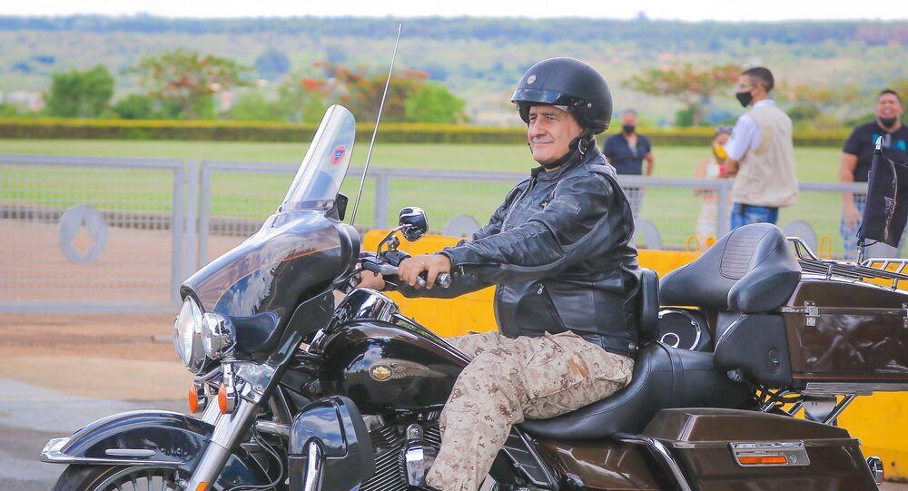 Ministro-chefe da secretaria de Governo da Presidência da República, Luiz Eduardo Ramos na saída do Palácio do Alvorada depois de sair para passear por Brasília (DF) de moto com o presidente Bolsonaro nesse domingo (25)