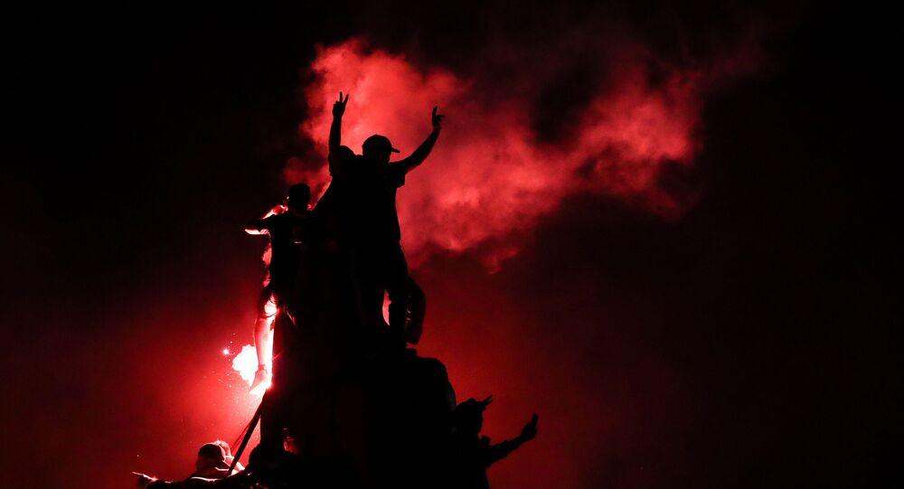 Pessoas comemoram na Praça Itália, em Santiago, resultado de plebiscito sobre nova Constituição para o Chile.
