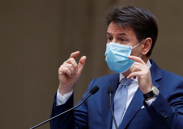O primeiro-ministro da Itália, Giuseppe Conte, durante entrevista coletiva.
