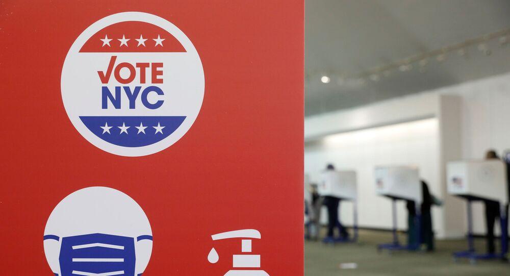 Sinalização alertando as pessoas sobre precauções de segurança em um esforço para combater a propagação da COVID-19 é vista em uma seção de votação no Bronx, em Nova York, EUA, 25 de outubro de 2020