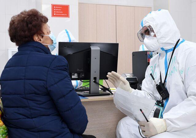 Paciente e médico no hospital durante a pandemia do novo coronavírus, Moscou, Rússia