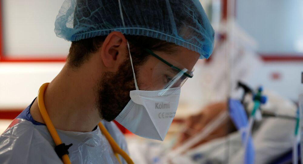 Médico usando máscara e traje protetor trabalha na Unidade de Terapia Intensiva com pacientes que sofrem da doença do coronavírus (COVID-19) no hospital de Bethune-Beuvry em Beuvry, França, 16 de outubro de 2020
