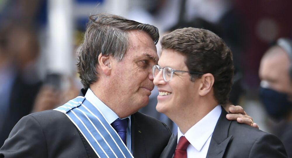 Em Brasília, o presidente brasileiro, Jair Bolsonaro (à esquerda), participa de cerimônia junto ao ministro do Meio Ambiente (à direita), em 23 de outubro de 2020