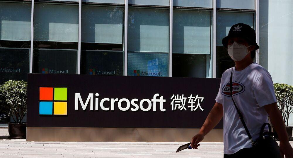 Pessoa passa por logotipo da Microsoft no escritório da empresa em Pequim, China, 4 de agosto de 2020