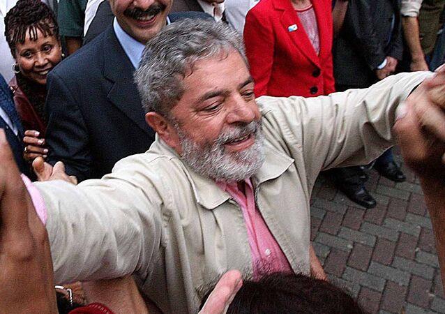 O presidente Luiz Inácio Lula da Silva, do PT é cumprimentado por eleitores durante caminhada de campanha em Guarulhos (SP)