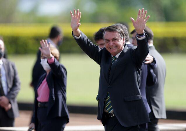 Presidente Jair Bolsonaro, acompanhado de ministros, participa da cerimônia de hasteamento da bandeira do Brasil no Palácio da Alvorada, em Brasília