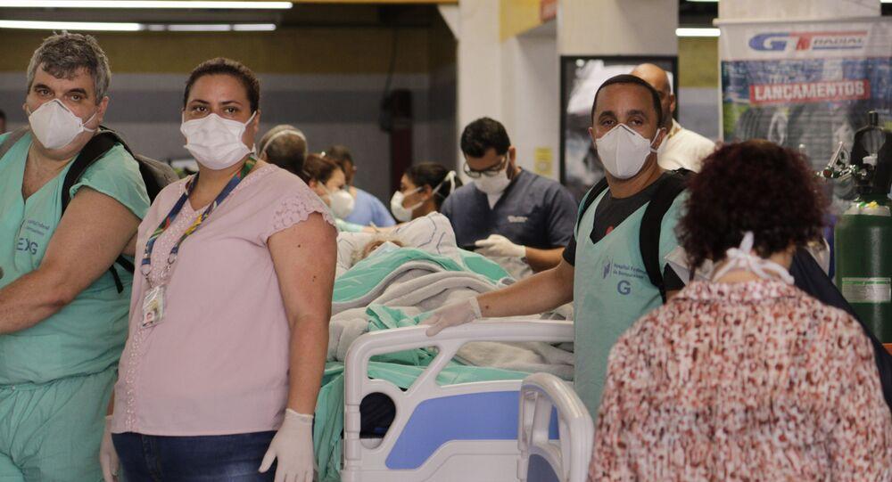 No Rio de Janeiro, funcionários e pacientes do Hospital Federal de Bonsucesso se protegem de um incêndio que atingiu o hospital, em 27 de outubro de 2020