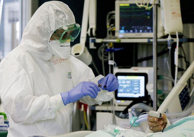 Profissionais da saúde, atendem paciente infectado pela segunda onda do coronavirus (COVID-19) no Hospital San Filippo Neri, em Roma, na Itália.