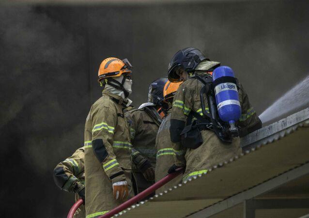 Bombeiros tentam controlar incêndio no hospital Geral de Bonsucesso, na zona norte do estado do Rio de Janeiro.