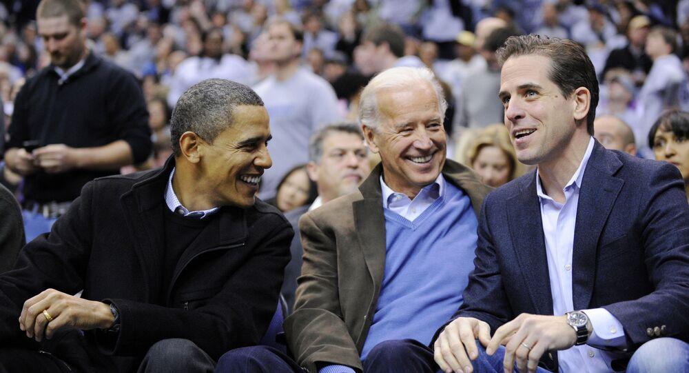 Foto de 2010 mostra Hunter Biden (esquerda), filho do ex-vice-presidente Joe Biden (centro), conversando com o ex-presidente Barack Obama durante um jogo de basquete.