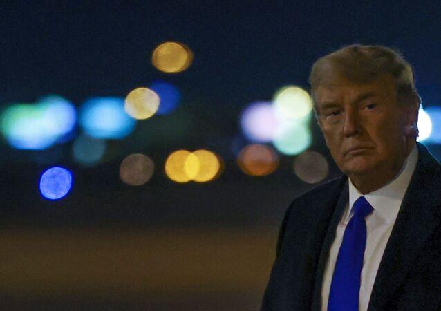 Presidente dos EUA, Donald Trump desembarca de avião presidencial em aeroporto de Las Vegas, Nevada, Estados Unidos, 27 de outubro de 2020