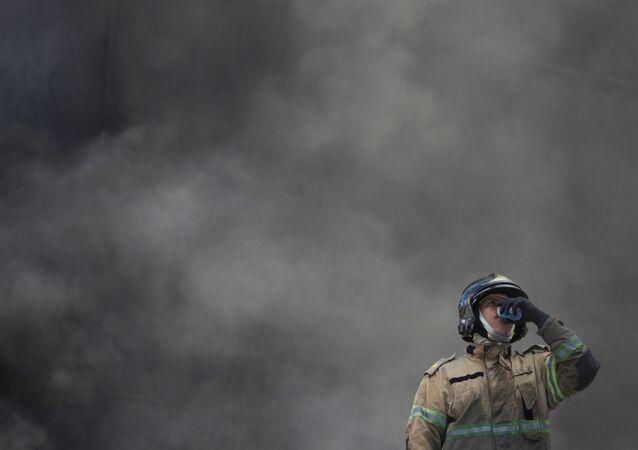 Bombeiro toma água durante combate ao incêndio que tomou o Hospital Federal de Bonsucesso, no Rio de Janeiro, 27 de outubro de 2020