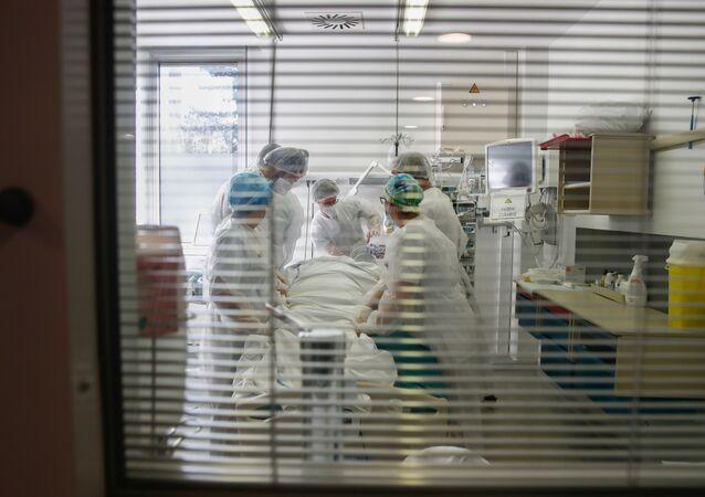Paciente com COVID-19 é tratado em unidade de terapia intensiva do hospital Robert Ballanger em Aulnay-sous-Bois, perto de Paris, durante a pandemia do coronavírus na França, 26 de outubro de 2020