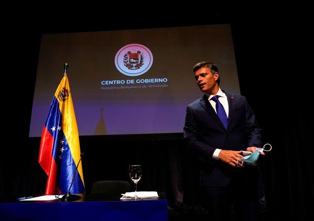 Político de oposição venezuelano Leopoldo López segura uma máscara facial no final de uma coletiva de imprensa em Madri, Espanha, 27 de outubro de 2020