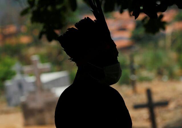 Indígena do povo Guajajara visita cemitério de vítimas da COVID-19 no Maranhão.