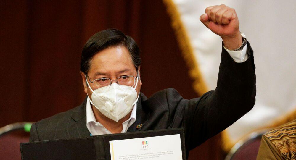 Luis Arce, do Movimento ao Socialismo (MAS), ergue punho ao receber credenciais de presidente eleito da Bolívia
