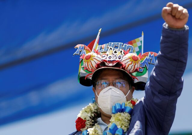 Luis Arce, também conhecido por Lucho, do Movimento ao Socialismo (MAS), celebra vitória nas eleições presidenciais da Bolívia