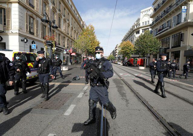 Policiais na área de ataque com faca que matou três pessoas em Nice, França, em 29 de outubro de 2020