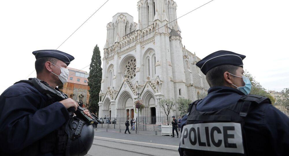 Policiais ficam de guarda no local de ataque com faca na Basílica de Notre-Dame de Nice, França, 29 de outubro de 2020