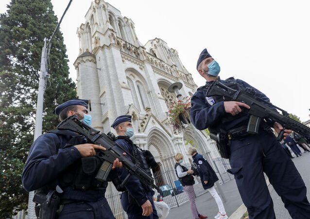 Policiais patrulham área externa da Basílica de Notre-Dame, na cidade de Nice, sul da França, após o ataque a faca que deixou três pessoas mortas.