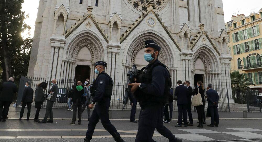 Policiais caminham em frente à igreja de Notre Dame, onde ocorreu um ataque com faca, em Nice, França