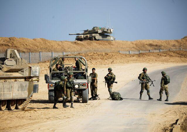 Militares israelenses ao lado de veículos blindados onde túnel foi descoberto a partir da Faixa de Gaza (foto de arquivo)