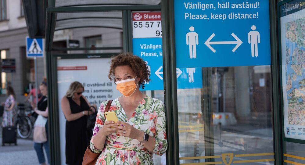 Mulher usa máscara durante a pandemia da COVID-19, 26 de junho de 2020, Estocolmo, Suécia