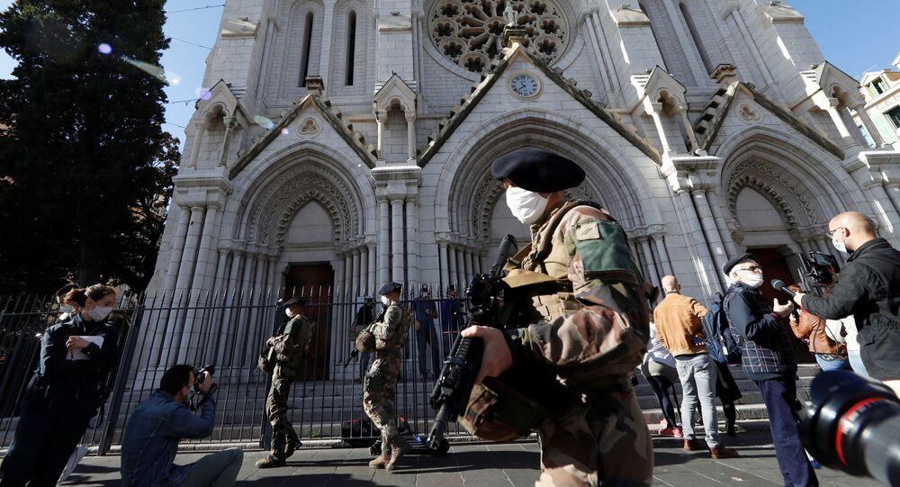 Soldados diante da basílica de Notre-Dame na cidade francesa de Nice