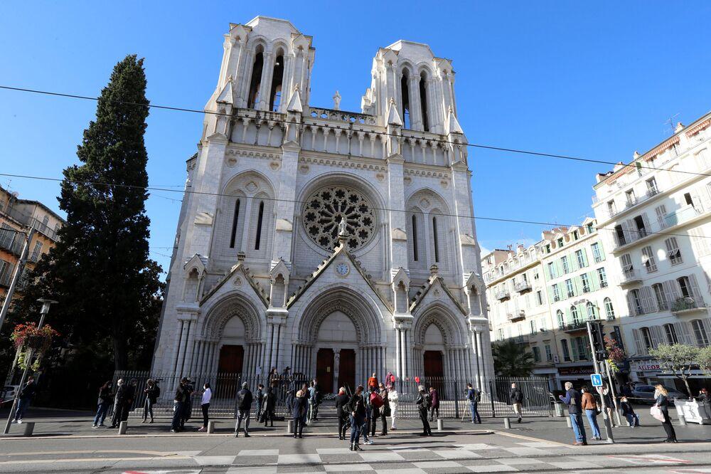 Foto tirada em 30 de outubro de 2020 mostra a Basílica Notre-Dame de Assunção, em Nice, durante uma homenagem às vítimas mortas pelo atacante com faca no dia anterior