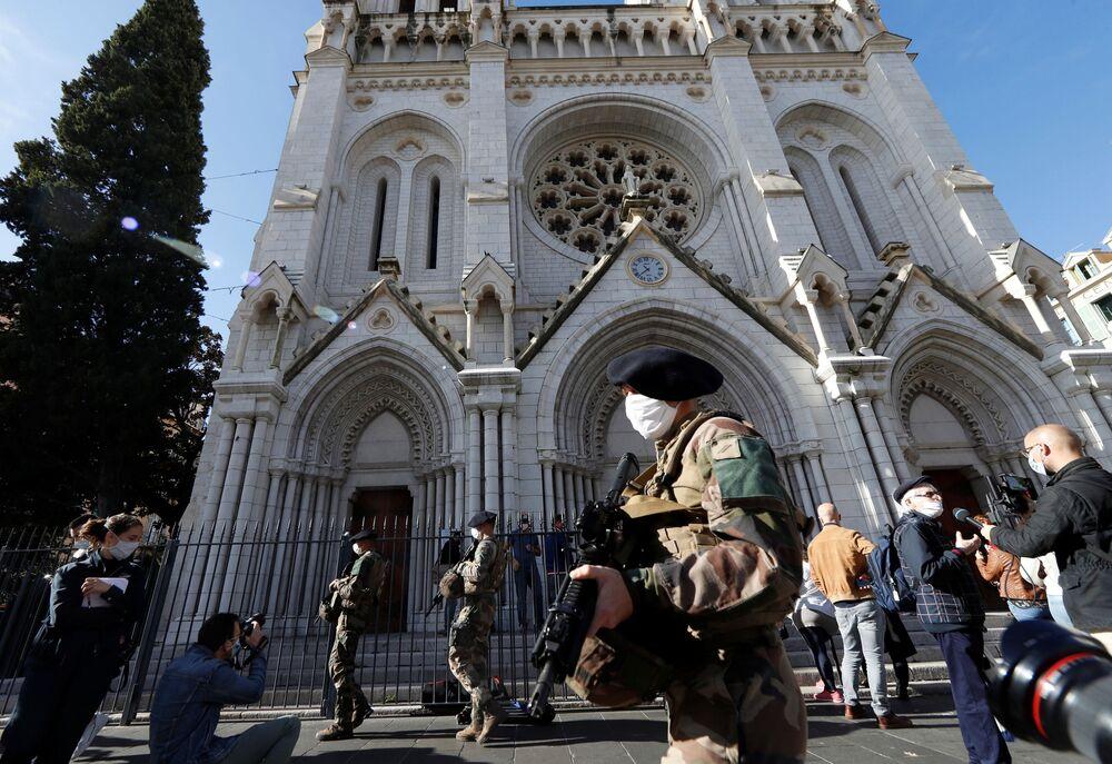 Soldados franceses perto da Basílica de Notre-Dame no dia seguinte ao ataque mortal com faca em Nice, França, 30 de outubro de 2020