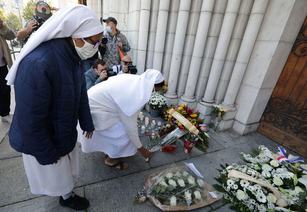 Monjas colocam flores em memória às vítimas do ataque mortal com faca em Nice, França, 30 de outubro de 2020
