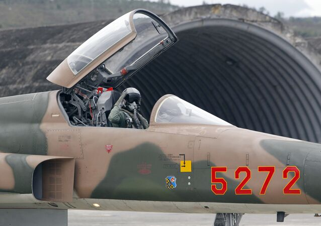 Piloto da Força Aérea taiwanesa acena do caça F-5E Tiger II fabricado nos EUA