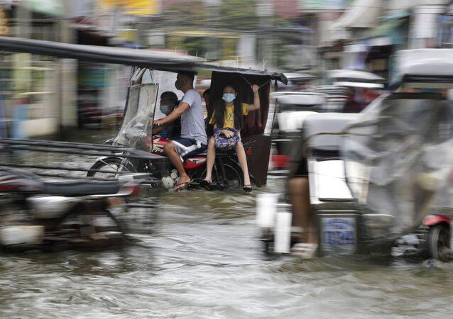 Via pública nas Filipinas inundada como resultado do tufão Molave