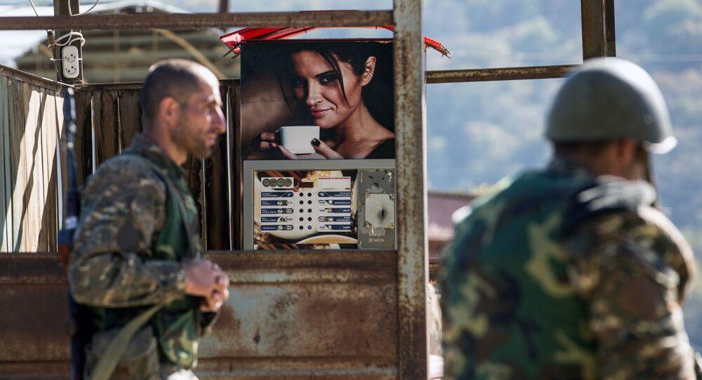 Homens armados durante o conflito em Nagorno-Karabakh