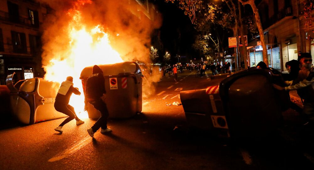 Manifestantes montam barricada de fogo durante protesto contra medidas de isolamento social em Barcelona, na Espanha