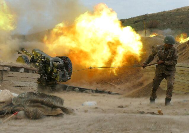 Soldado armênio manuseando peça de artilharia durante o conflito em Nagorno-Karabakh (foto de arquivo)