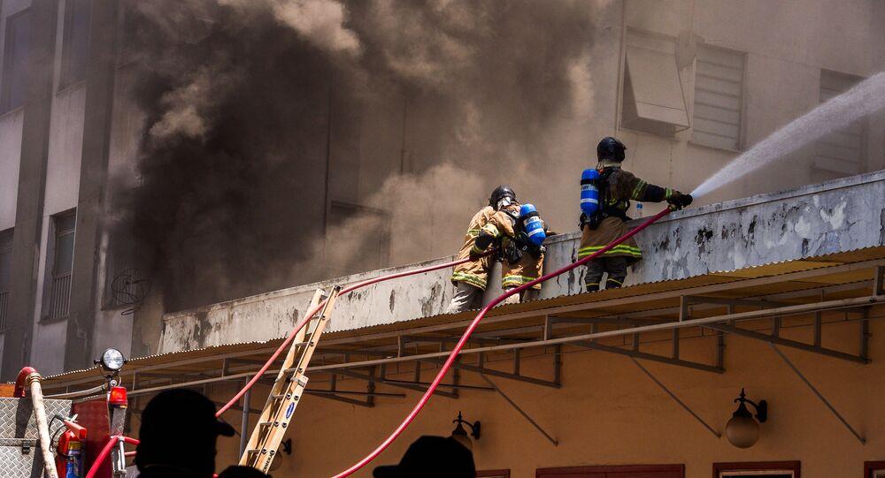 Bombeiros controlam incêndio no Hospital Federal de Bonsucesso, na zona norte do Rio de Janeiro, em 27 de outubro de 2020
