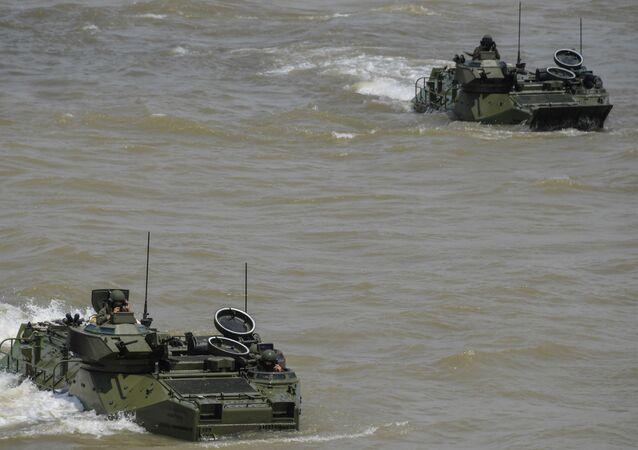 Veículos anfíbios da Marinha do Brasil realizam exercício militar no contexto da Operação Ágata Norte no rio Pará, em Belém (PA)