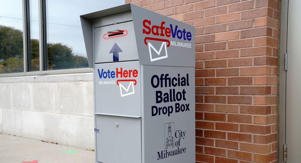 Em Milwaukee, no estado norte-americano de Wisconsin, uma urna de votação via correio é vista em frente à biblioteca pública de Washington Park, em 20 de outubro de 2020